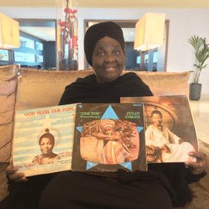 Julie Coker nous montrant ses trois vinyles rares